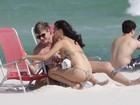 Isis Valverde vai a praia com o namorado