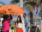Com look estiloso, Cleo Pires grava comercial na orla do Rio