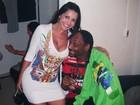 Snoop Dogg dá 'conferida' no decote da Morena da Laje, do 'Zorra Total'