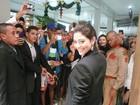 Carol Castro é cercada por fãs em shopping na Bahia