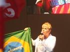 Xuxa sobe ao palco durante manifestação no Rio