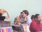 Fernanda Machado troca carinhos com namorado durante almoço