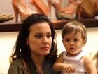 Juliana Knust passeia em shopping com o filho