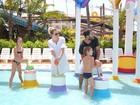 Marcelo Rosenbaum se diverte em resort com a mulher e os filhos