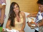 Nicole Bahls atende fãs em tarde de autógrafos