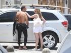 Humberto Martins curte praia com a namorada