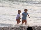 Filhos de Britney Spears voltam à praia e curtem pôr do sol do Rio