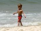 Sean e Jayden, filhos de Britney Spears, brincam na praia de Ipanema, no Rio