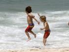 Filhos de Britney Spears tomam banho de mar em Ipanema, no Rio