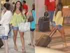 Carol Abranches circula de shortinho e blusa transparente em aeroporto