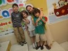 Isabela Garcia leva os filhos a peça infantil no Rio
