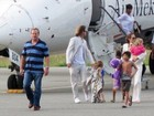 Angelina Jolie e Brad Pitt visitam Vietn com os filhos