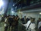 Fãs aguardam Britney Spears em frente a hotel no Rio