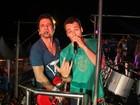 Ator Rodrigo Andrade canta em trio elétrico com Tuca Fernandes