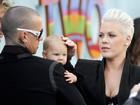 Acompanhada do marido, Pink leva a filha a première de filme