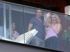 Britney Spears aparece para os fãs na sacada do hotel