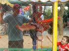 Guilherme Fontes curte domingo brincando com os filhos