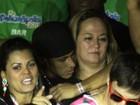 Neymar curte show abraçado com a mãe