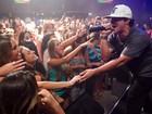 'Continuo solteiro, mas sozinho nunca', diz Thiago Martins em show