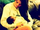 Está treinando? Selena Gomez posta foto com bebê no Twitter