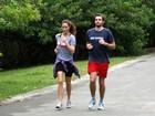 Casal malhação! Max Fercondini corre no Rio com a namorada