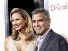 Namorada de George Clooney capricha no decote em première