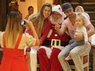 Victor Pecoraro, de 'Aquele beijo', leva a filha para ver Papai Noel
