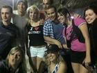 Fãs de Britney Spears posam para foto com sósia da cantora