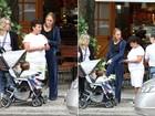 Betty Gofman passeia com as filhas gêmeas