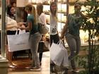 Valesca Popozuda adota visual inusitado: calça jeans e sapatilha