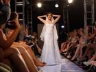 Veja fotos de Deborah Secco vestida de noiva em desfile no Rio