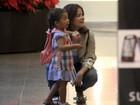 Samara Felippo passeia com a filha em shopping no Rio