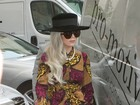 Lady Gaga aparece com look 'vovó' ao deixar hotel em Londres