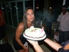 Nicole Bahls ganha festa surpresa de amigos