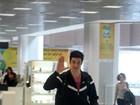 Mateus Solano acena para fotógrafo em aeroporto