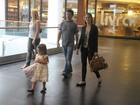 Luíza Valdetaro, de look novo, passeia em shopping com a família