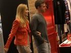 Luciano Huck e Angélica conferem peça de Eri Johnson no Rio