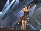 Paula Fernandes canta de vestido curtinho no Pará e não atende fãs