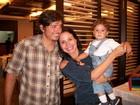 Juliana Knust janta com a família em churrascaria do Rio