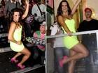 Renata Santos vai com tubinho fluorescente à quadra da Mangueira
