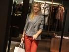 Sorridente, Fiorella Matheis passeia em shopping do Rio