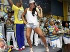 Gracyanne Barbosa exibe as pernas musculosas em escola de samba