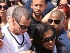 Corpo do filho de Carlinhos de Jesus é enterrado no Rio