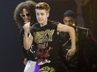 De camisa regata, Justin Bieber arrasa como dançarino em prêmio de música
