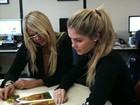 Monique Evans ajuda Bárbara a escolher fotos para a 'Playboy'