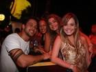 Ex-BBB Diogo curte show cercado de belas mulheres