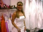 Oi? Vestida de noiva, Mulher Maçã diz que sonha casar cercada de macieiras