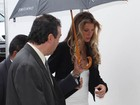 Gisele Bündchen protege os cabelos dos pingos com guarda-chuva