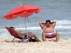 Ricky Tavares curte praia com a namorada