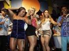Convidadas 'invadem' palco de festa e deixam  Mulher Melão em saia justa